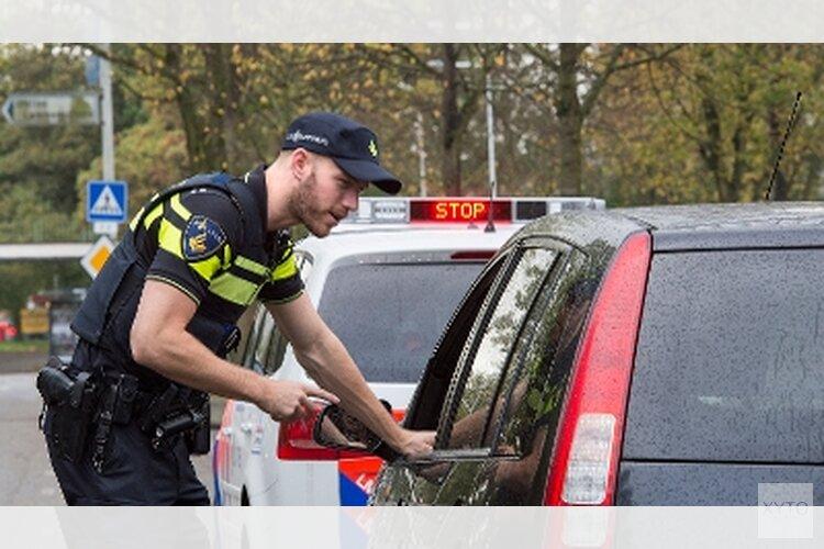 Agent vindt vuurwapen en drugs in auto